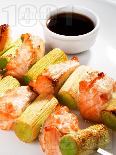 Печени шишчета с хапки от сьомга филе и праз лук на грил или скара - снимка на рецептата
